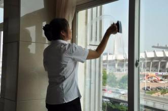 阳台玻璃清洗什么方法更好?惠州专业保洁人员来支招